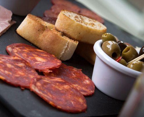 Meran Trattoria Gasthaus günstig Essen Salami Oliven